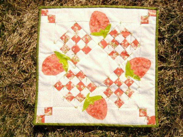 table topper quilt strawberry / patchwork posse