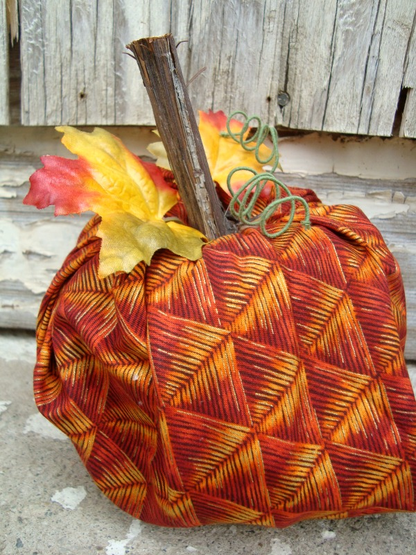 easiest fabric pumpkin you can make! patchworkposse.com