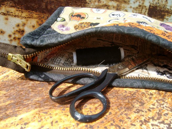 Zipper Pouch Tutorial using the quilt as you go techinque | patchwork posse #freepattern #zipperpouch #quiltasyougo