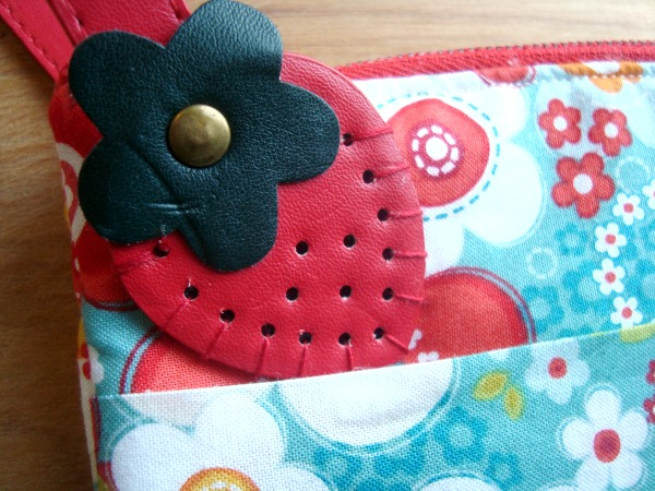strawberry wristlet tutorial   patchwork posse  easy sewing projects and quilt tutorials