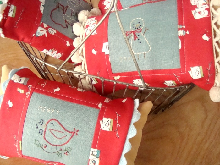 christmas embriodery pillows sleeve tutorial | PatchworkPosse #embroidery #christmas #pillow